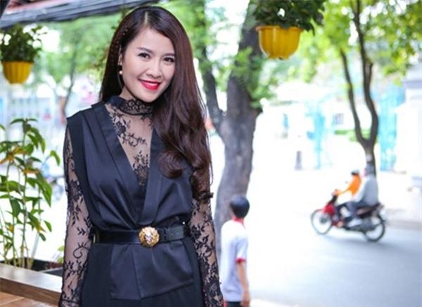Sử dụng chất liệu ren kết hợp với vest khiến cô bị độn tuổi.