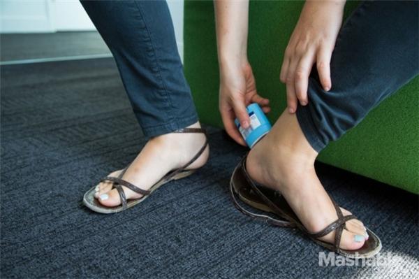 Thoa lăn khử mùilên gót chân sẽ giúp bạn mang giày không bị đau khi chuyển động. (Ảnh: Internet)