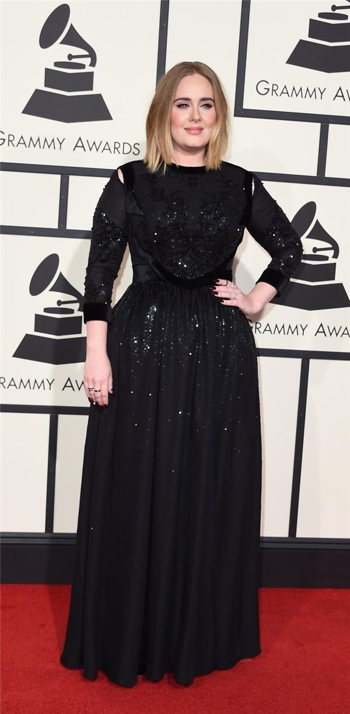 Adele dịu dàng, nữ tính với dáng váy xòe rũ kín đáo. Thiết kế được tạo điểm nhấn bởi những họa tiết đính kết sequins lấp lánh, nổi bật.