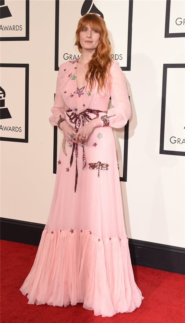 Bên cạnh chất liệu voan lụa mềm mại, bộ váy của Florence Welch còn trở nên điệu đà, quyến rũ hơn với sắc hồng thạch anh hợp xu hướng.