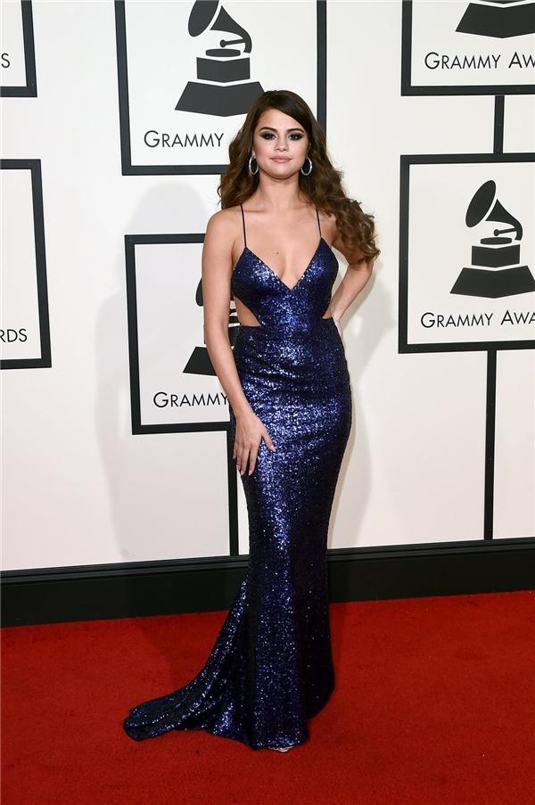 Selena Gomez diện bộ váy ôm sát đơn giản khoe đường cong trên nền chất liệu ánh kim nổi bật. Sau một khoảng thời gian nỗ lực giảm cân, cơ thể của nữ ca sĩ đã có sự thay đổi rõ rệt trở nên thon gọn, gợi cảm hơn.
