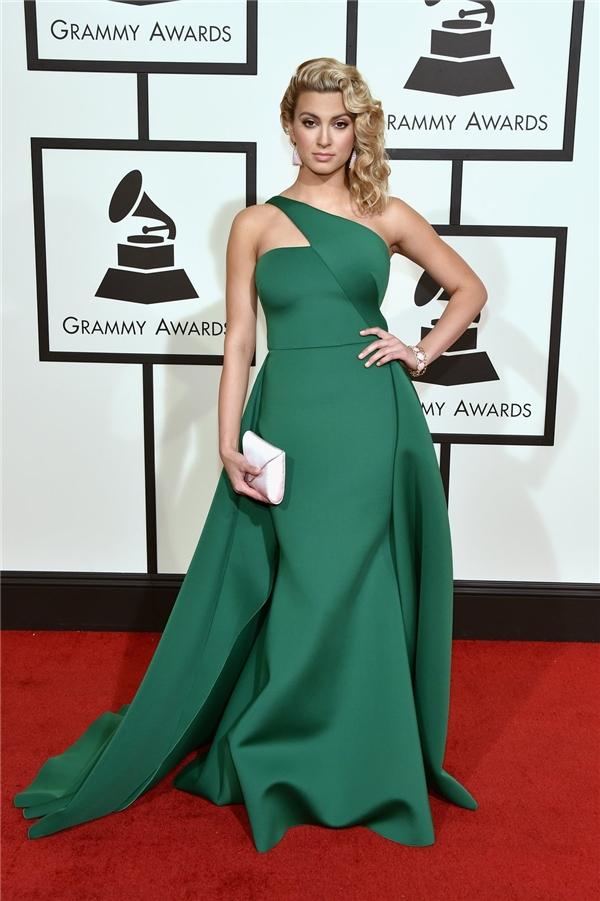 Từ cách trang điểm, làm tóc cho đến trang phục của Tori Kelly tạo nên một tổng thể hoàn hảo đến từng chi tiết. Sắc xanh ngọc lục bảo mang đến vẻ ngoài sang trọng, quý phái.