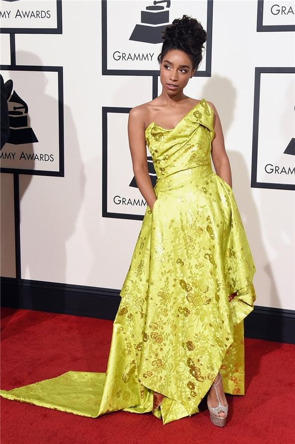 Lianne La Havas điệu đà, sang trọng với phom váy bất đối xứng trên nền sắc vàng xanh rực rỡ.