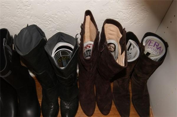 Để giày bốt không bị mất dáng, hãy cho vào đó một cuốn tạp chí. (Ảnh: Internet)