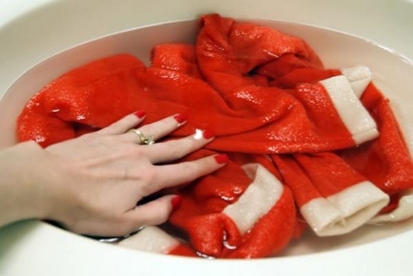 Quần áo bằnglen sau khi giặt thường bị phai màu, bạn có thể giữ màu quần áo bằng cách cho ít muối vào chậu nước rồi ngâm khoảng 15 – 30 phút, sau đó mới giặt, sẽ giúp giữ màu tươi lâu hơn. (Ảnh: Internet)