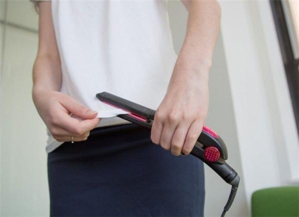 Dùng máy ép tóc để làm phẳng những đường viền quanh áo. (Ảnh: Internet)