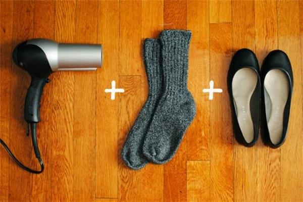 Bạn mang vớrồi mang giày,sau đó dùng máy sấy tóc sấy vào những vùng bạn thấy chật để tránh phồng rộp chân khi mang giày mới. (Ảnh: Internet)