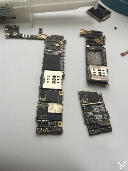 """Mặt sau được các thợ nhận định là """"thê thảm"""" hơn cả mặt trước, do ổ cứng, IC cảm ứng... đã hỏng hết. (Ảnh: Internet)"""