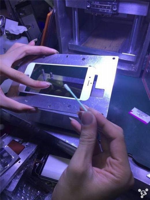 Sau đó người thợ sẽ dán kính cảm ứng. (Ảnh: Internet)