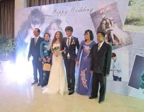 Cô dâu chú rể chụp cùng hai bên gia đình. - Tin sao Viet - Tin tuc sao Viet - Scandal sao Viet - Tin tuc cua Sao - Tin cua Sao