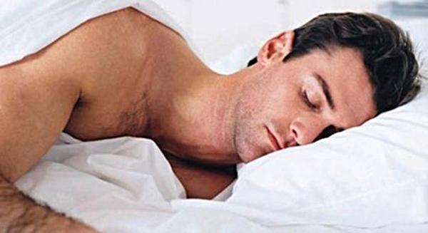 Không mặc đồ khi ngủgiúp cơ thể nam giới khỏe mạnh hơn. (Ảnh: Internet)