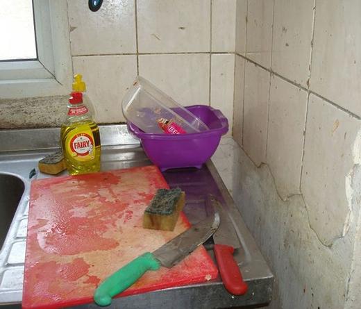 Ngoài chai nước rửa chén, còn lại các vật dụng đều cũ kĩ, bẩn thỉu và phân thì dính lên tận trên tường. (Ảnh: Internet)