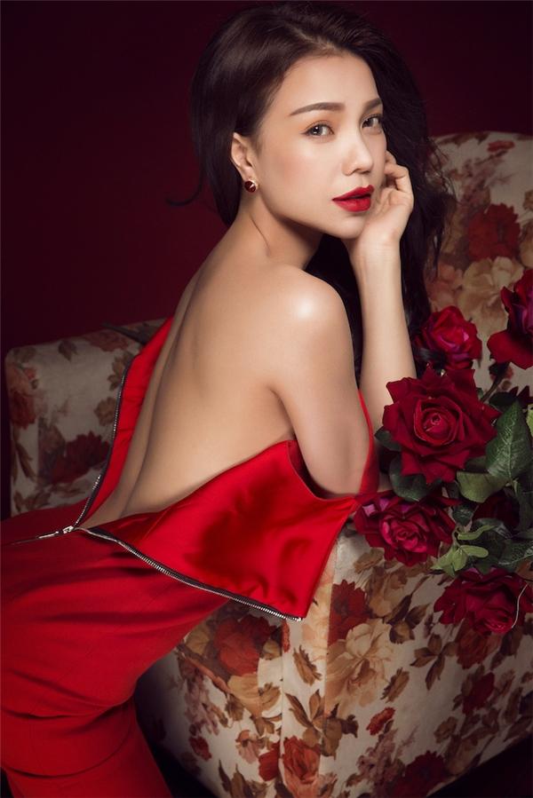 Trong sắc đỏ quyến rũ, người đẹp nhẹ nhàng, thanh thoát khiến người đối diện đắm chìm mãi vào vẻ đẹp không tì vết ấy. - Tin sao Viet - Tin tuc sao Viet - Scandal sao Viet - Tin tuc cua Sao - Tin cua Sao