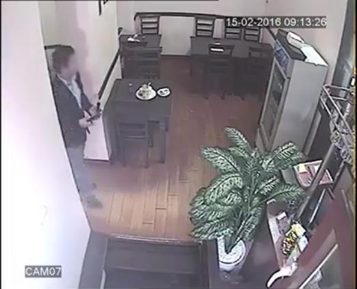 Choáng: thanh niên nghiêm túc... trộm điện thoại chỉ trong chớp mắt