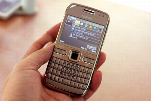 """Nokia cách đây 10 năm có lẽ là hãng điện thoại nổi tiếng nhất, và không ai nghĩ rằng nó sẽ """"thảm hại"""" như ngày hôm nay. Vào thời điểm đó, người ta đang """"phát cuồng"""" với các mẫu điện thoại cơ bản và dòng máy cao cấp E series... chạy hệ điều hành S40. Trên đây là chiếc E72 với bàn phím QWERTY đặc trưng cùng nhiều tính năng thời thượng. (Ảnh: Internet)"""