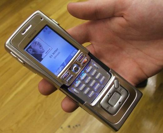 """Đâuchỉ riêng dòng E, không ai là không biết tới dòng N Series bởi chúng thường được ví là """"dòng máy tính đa truyền thông bỏ túi"""". Như trên đây là chiếc N91, có kết nối Wi-Fi cùng bộ nhớ trong lên tới 8GB. (Ảnh: Internet)"""