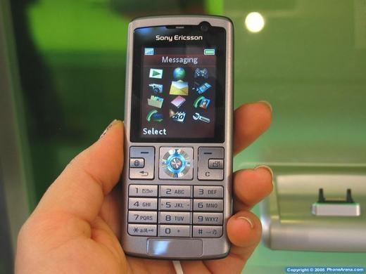 """Liên minh Sony Ericssonkhi đó cũng đang """"nổi đình nổi đám"""" với 3 cái tên mà nếu bây giờ nhắc lại, nhiều người vẫn còn nhớ mãi. Đó là chiếc K610 siêu nhỏ nhưng được tích hợp 3G - kết nối thời thượng nhất thời điểm đó. Thiết bị có mặt của màn hình 1,9 inch độ phân giải 176x220 pixel, camera trước VGA, sau 2MP và hỗ trợ thẻ nhớ lên tới 2GB – dung lượng cực lớn thờiđiểm đó. (Ảnh: Internet)"""