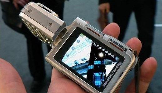 """LG cũng là cái tên sản sinh ra nhiều sản phẩm đẹp và lạ. Bên cạnh đó, hãng còn tập trung vào chụp ảnh khi tung dòng điện thoại Cybershot có khả năng """"chụp như máy ảnh"""": chiếc KG920. Khi đó, thông số 5MP với cảm biến ma trận CCD đi kèm đèn flash và khả năng quay phim VGA là điểm nhấn, ít thiết bị nào khác có thể có được. (Ảnh: Internet)"""