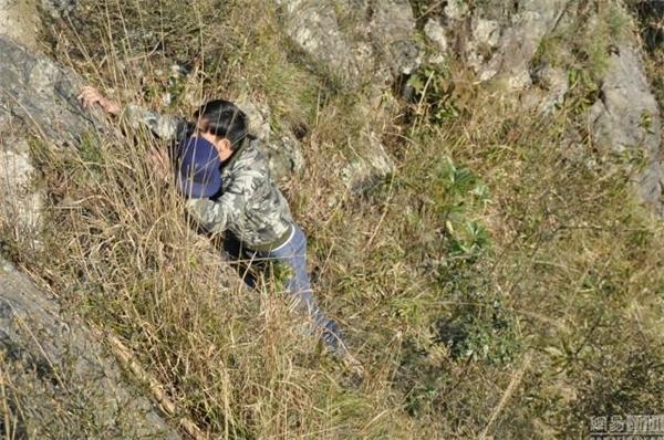 Vách núi cheo leo, chàng trai phải mất 10 phút mới nhặt lại được chiếc nón. (Ảnh: Internet)