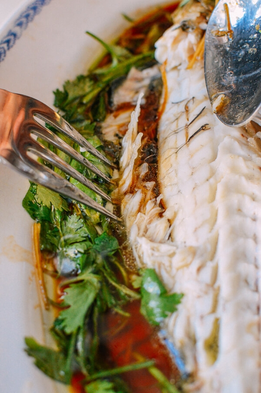 Không lật cá: đối với những người hành nghề đánh cá trên biển, việc lật mặt cá trên bàn ăn tượng trưng cho điềm gở là lật thuyền. Chính vì thế người ta không lật cá, khi ăn hết một bên cá, họ sẽ gỡ xương ra rồi ăn tiếp phần còn lại. (Ảnh: Internet)