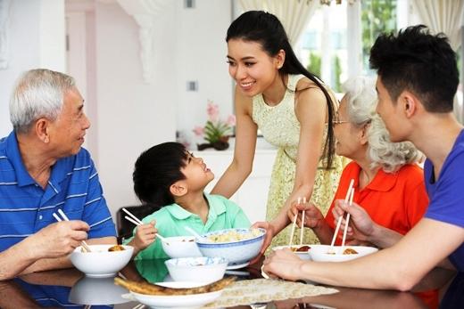 """Mời cơm trước khi ăn: đây là một phép lịch sự trên bàn ăn mà nhiều người thường hay quên. Người nhỏ tuổi nên mời cơm người lớn tuổi trước khi cầm chén đũa lên. Hoặc để tránh câu nệ, hình thức, dài dòng, nhất là với nhà đông người,bạn cũng có thể nói """"Mời cơm cả nhà!"""" hoặc """"Mời cả nhà dùng/ăncơm!"""". (Ảnh: Internet)"""