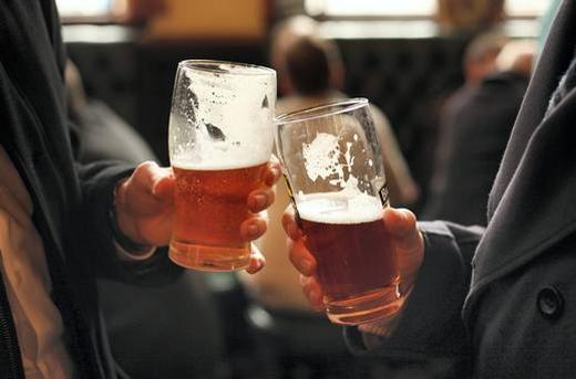 Quy tắc khi mời rượu, bia: ở một số nơi, khi mời rượu, bia và cụng livới người lớn, licủa bạn phải nằm thấp hơn lingười lớn một chút để tránh bị gọi là vô lễ. (Ảnh: Internet)