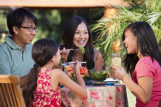 Ngồi lại bàn khi đã ăn xong: nếu bạn đã ăn xong rồi mà người khác, đặc biệt là người lớn, vẫn chưa ăn xong thì nên tiếp tục ngồi lại bàn để họ không bị áp lực và thoải mái tiếp tục dùng xong bữa. (Ảnh: Internet)