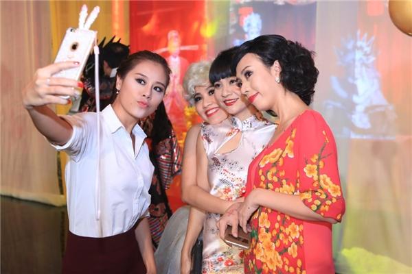 Nam Thư, Lê Khánh, Cát Phượng, Thu Trang vui vẻ chụp hình cùng nhau sau hậu trường. - Tin sao Viet - Tin tuc sao Viet - Scandal sao Viet - Tin tuc cua Sao - Tin cua Sao