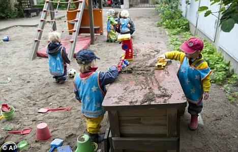Tại trường, các bé trai và bé gái chơi chung với nhau những trò như trò chơi nhà bếp. (Ảnh: AP)