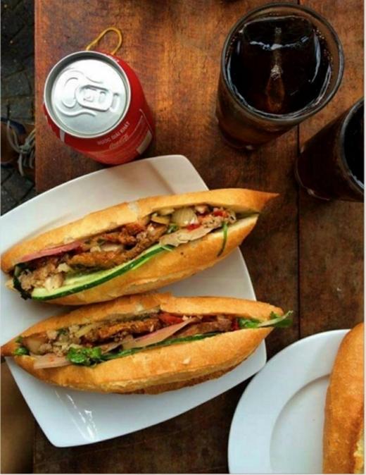 """Bánh mì bò băm đầy đủ khá """"bự"""" có giá 22.000 đồng/chiếc. (Ảnh: Internet)"""