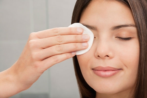 Nước hoa hồng là một loại tinh chất không thể thiếu trong các bước chăm sóc da. Sau khi thoa nước hoa hồng, hãy cùng nhau đi đến bước cung cấp độ ẩm cho da nhé.