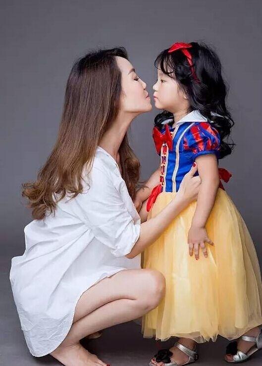 Bà Qin xinhđẹp bên cạnh cháu gái.