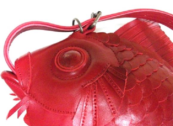 Cận cảnh phần dây đeo chéo của chiếc túi mang đậm dấu ấn của văn hóa truyền thống Nhật Bản.