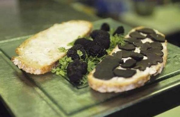 Bánh sandwich giá 84 USD (1,8 triệu đồng): Thành phần bên trong chiếc bánh này rất ít ỏi, chỉ có chút muối, bơ, vài lát nấm Perigord đen - loại được mệnh danh là 'kim cương đen', 2 lát bánh mì. Giá món này tương đương với thù lao của một nhân viên với mức lương tối thiểu ở California (Mỹ) làm việc trong 9 giờ. Ảnh: Foodbeast.