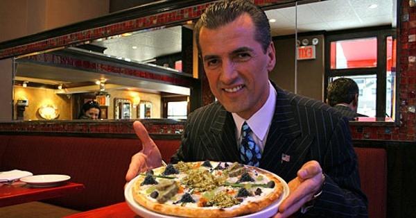 Royal pizza giá 204.200 USD (4,5 tỷ đồng): Thành phần bánh gồm: nấm Truffles trắng (Italy), nấm Truffles Perigord đen, gan ngỗng (Pháp), nghệ tây Mongra từ Kashmir, trứng cá tầm muối ngâm trong rượu Dom Perignon, nấm matsutake Nhật và gần 58 gram vàng lá. Ảnh: Foodbeast.