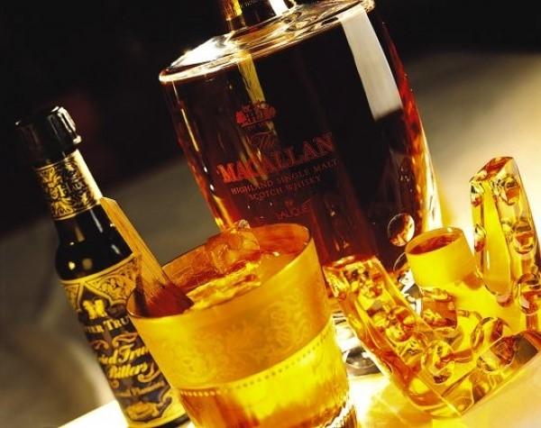 Cocktail giá 7.438 USD (hơn 166 triệu đồng): Thức uống đắt đỏ mang tên 27.321, do chỉ có ở tầng 27 của khách sạn Burj Al Arab, độ cao 321m. Loại cocktail này không chứa vàng, mà có rượu mạch nha 55 năm tuổi, rượu ngâm thảo mộc, đường chanh leo làm thủ công và đá viên làm bằng nước lấy từ nhà máy chưng cất Macallan ở Scotland. Thức uống được rót vào chiếc cốc 18 carat vàng với một miếng gỗ sồi. Khách hàng được mang cốc về. Ảnh: Foodbeast.