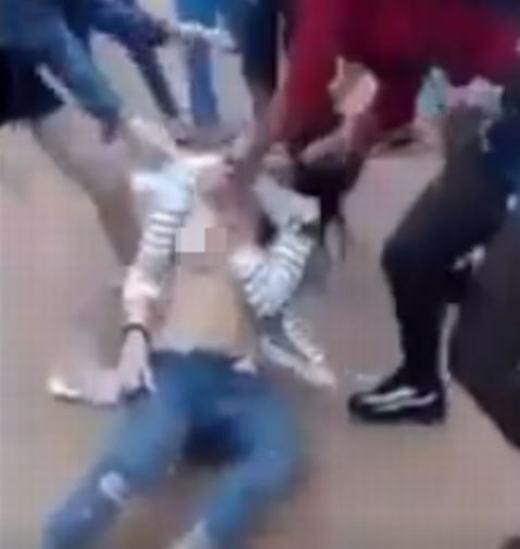 Cô gái bị nhóm thiếu nữ giữ và lột đồ (Ảnh minh họa).