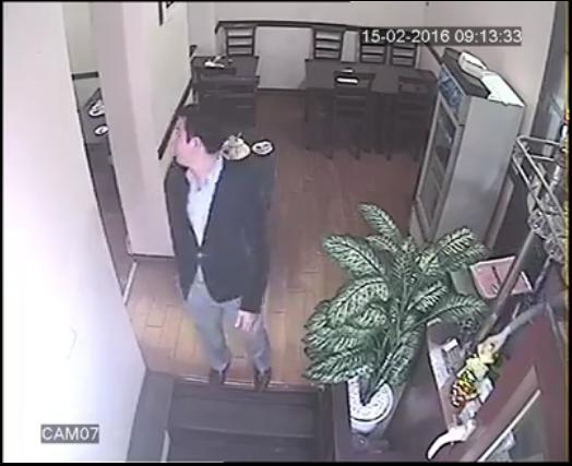 Hắn ta bắt đầu ngó quanh quất nhà hàng.(Ảnh: Cắt từclip)
