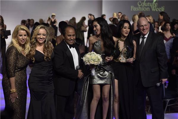 Nhà thiết kế Andres (thứ ba từ trái sang)chụp ảnh cùng người mẫu, khách mời.