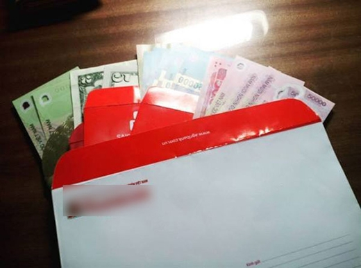Tiền Việt lẫn tiền đô được dùng để lì xì cho nhân viên. (Ảnh: Internet)