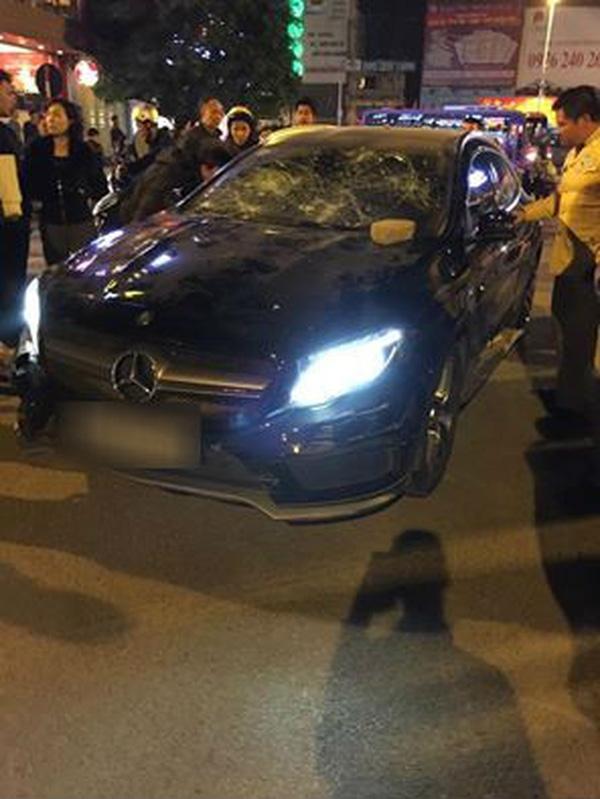 Chiếc xe ô tô cô bồ trẻ cố thủ bên trong.
