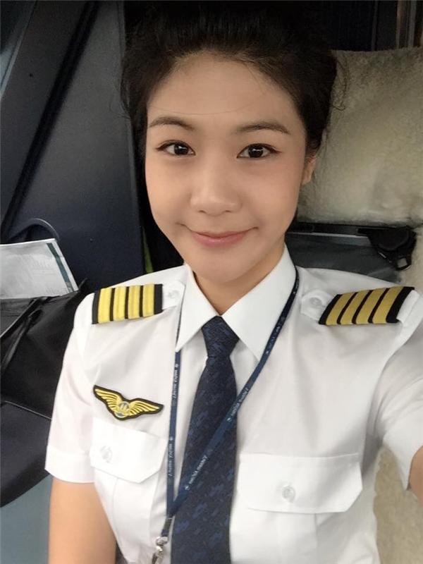 Cơ trưởng Đông Phương sinh năm 1987, cô nàng sở hữu vẻ ngoài xinh đẹp, là nữ cơ trưởng đầu tiên của hãng hàng không Vietnam Airlines. (Ảnh: Internet)