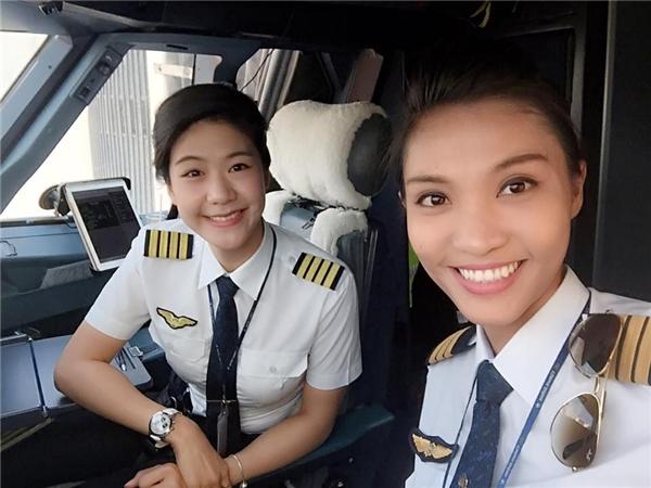 Cặp đôi cơ trưởng, cơ phó xinh đẹp của hãng hàng không Vietnam Airlines.(Ảnh: Internet)