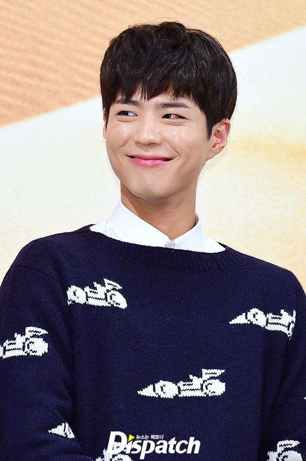 Park Bo Gum đốn tim fan với gương mặt điển trai và nụ cười tỏa nắng.