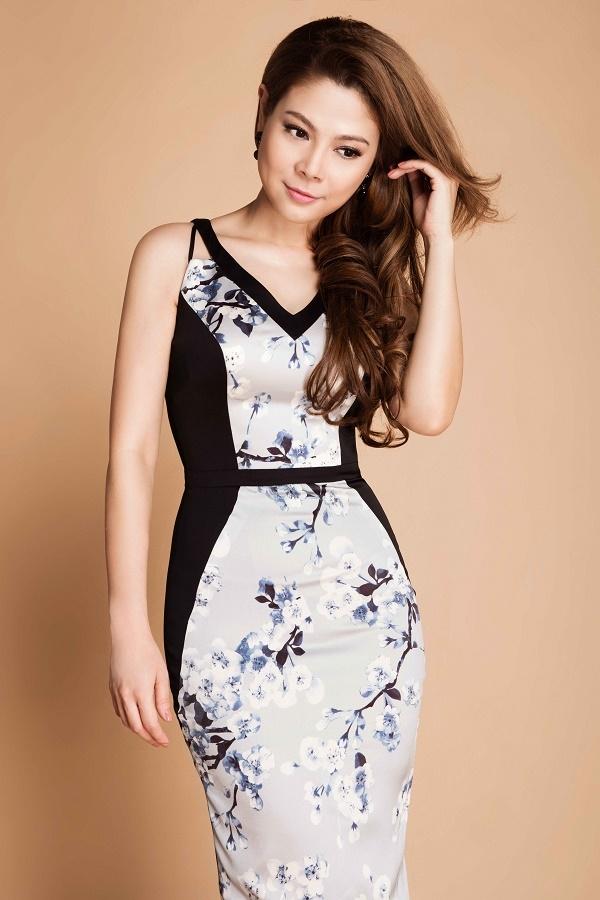 Nữ ca sĩ khoe đường cong trong dáng váy ôm sát có tông màu, họa tiết nhẹ nhàng, nữ tính.