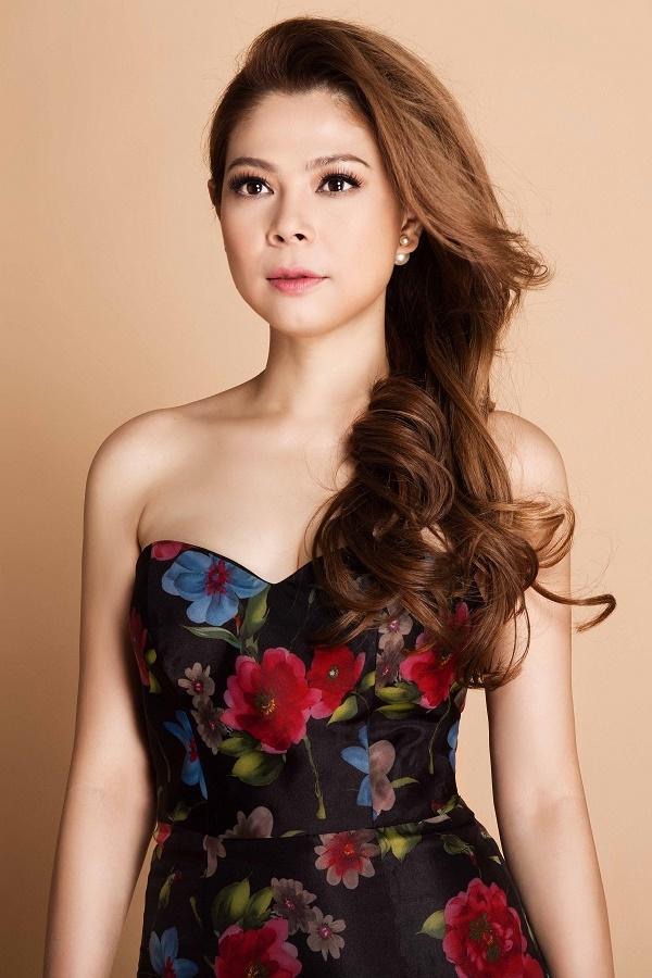 Mái tóc xoăn bồng bềnh càng giúp Thanh Thảo trở nên gợi cảm, quyến rũ hơn.