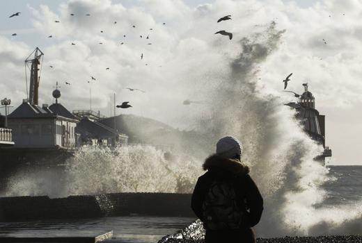 Những con sóng khiến người ngắm cảnh cũng trở nên lo sợ. (Ảnh: NOAA)