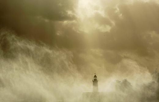 Những con sóng va vào ngọn hải đăng Newhavenvào ngày 14/11/2009. (Ảnh: NOAA)