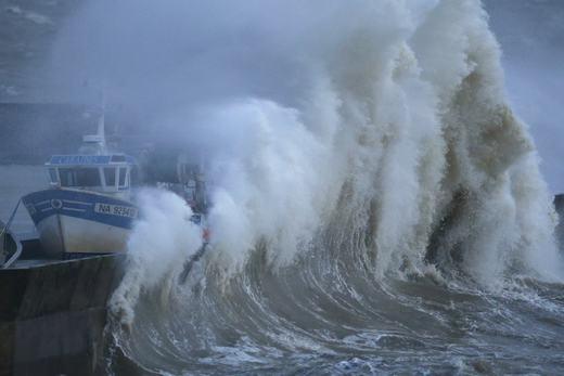"""Một con sóng """"leo"""" lên cả bờ và đập vào tàu thuyền đang sửa chữa. Cảnh tượng được ghi lại tại cảngPornic, Pháp vào ngày 11/1/2016. (Ảnh: PacIOOS)"""