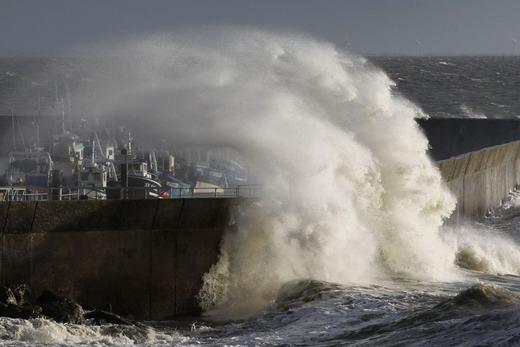 Một con sóng khác cũng mạnh không kém tại cảng Pornic. Ước tính, cột sóng cao tới hơn 30m. (Ảnh: NOAA)